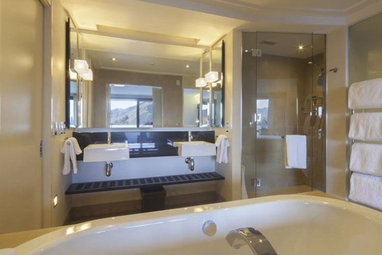 The spire hotel ein boutiquehotel in queenstown for Bathroom design queenstown