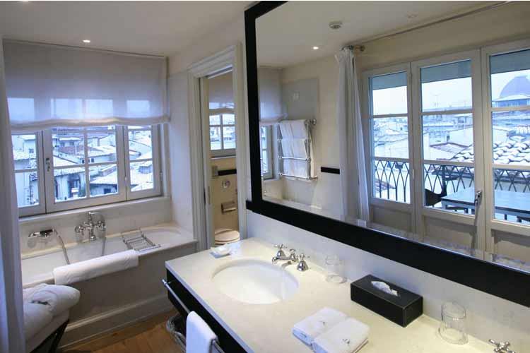 The Penthouse Bathroom - JK Place Firenze - Florenz