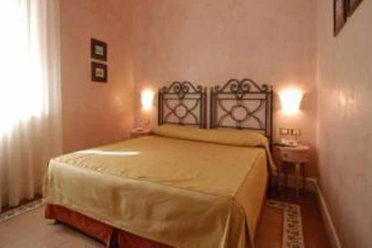 Standard Double Room - Hotel Costantinopoli 104 - Neapel