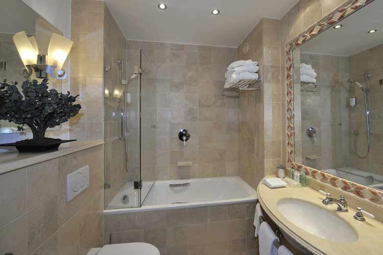 Double Room Bathroom - Hotel les Armures - Genf