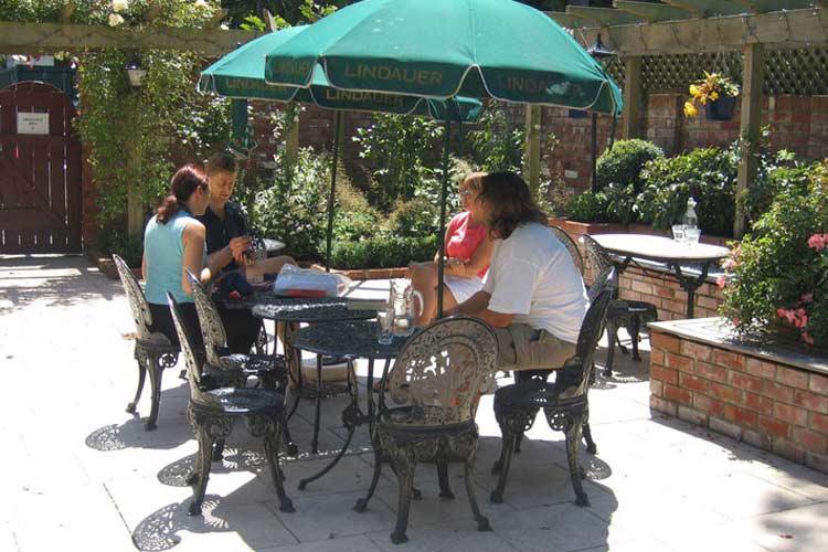 Enjoying the Courtyard - Eliza's Manor - Lake Pukaki