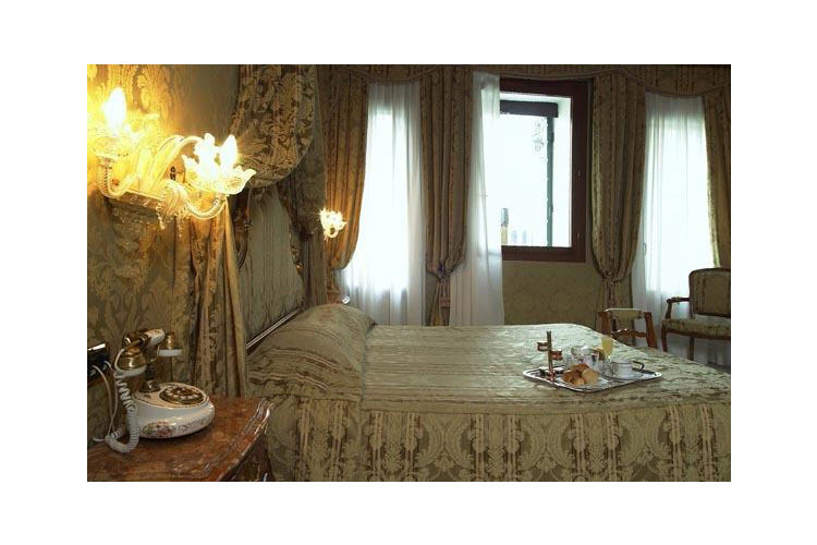 Deluxe Room with Canal View - Al Ponte Antico Hotel - Venice