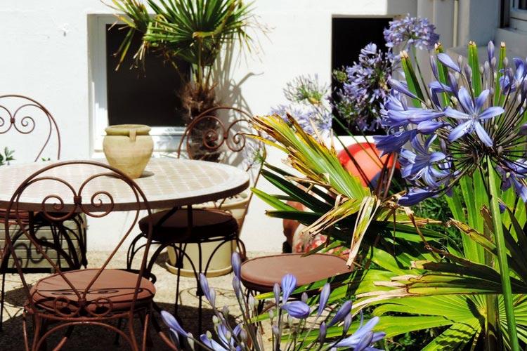 Patio of the Hotel - L'Hôtel aux Tamaris - Roscoff