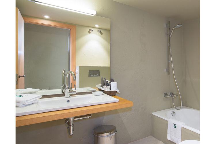 Double Junior Bathroom - La Rectoría de Regencós - Costa Brava
