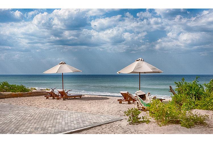 Jungle beach resort h tel boutique kuchchaveli for Small beach hotels