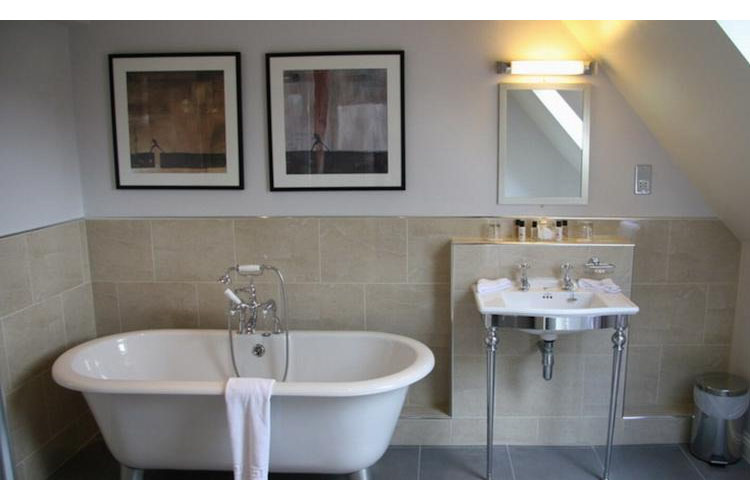 Bathroom - The Slaughters Country Inn - Lower Slaughter